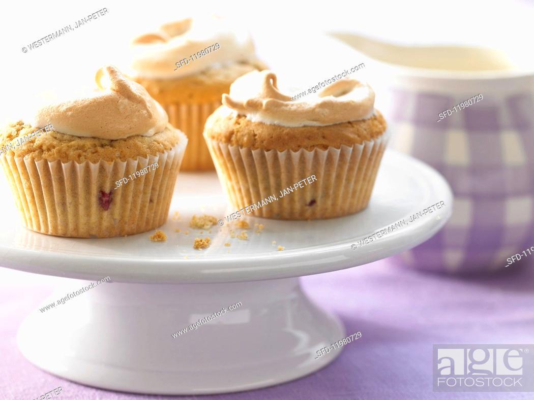 Imagen: Meringue muffins with blackberries.