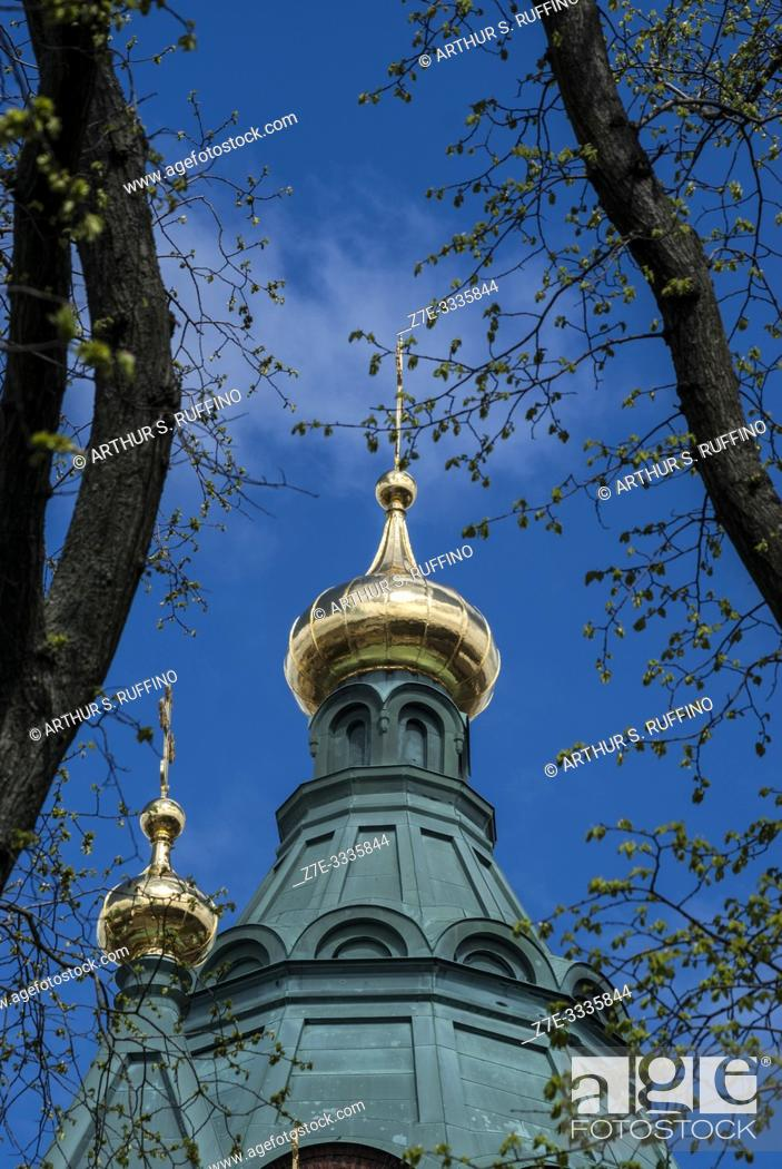 Imagen: Detail of green and gold onion-shaped domes (cupolas) with crosses. Uspenski Cathedral. Helsinki, Finland, Europe.