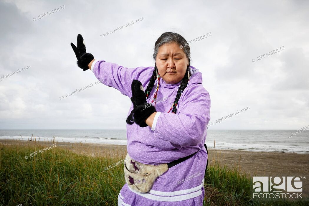 Imagen: Portrait of Yupik Eskimo woman in kuspuk dancing outdoors Nome, Alaska, Summer.