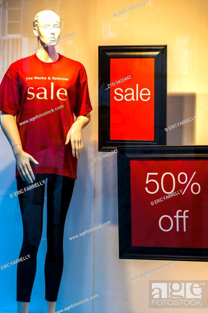 Imagen: Sales signs Marks and Spencers Gibraltar store.