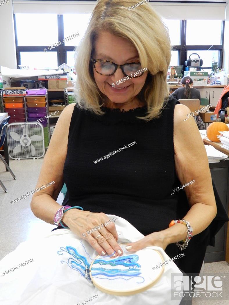 Imagen: Art Teacher Demonstrating Embroidery Technique, Wellsville, New York, USA.