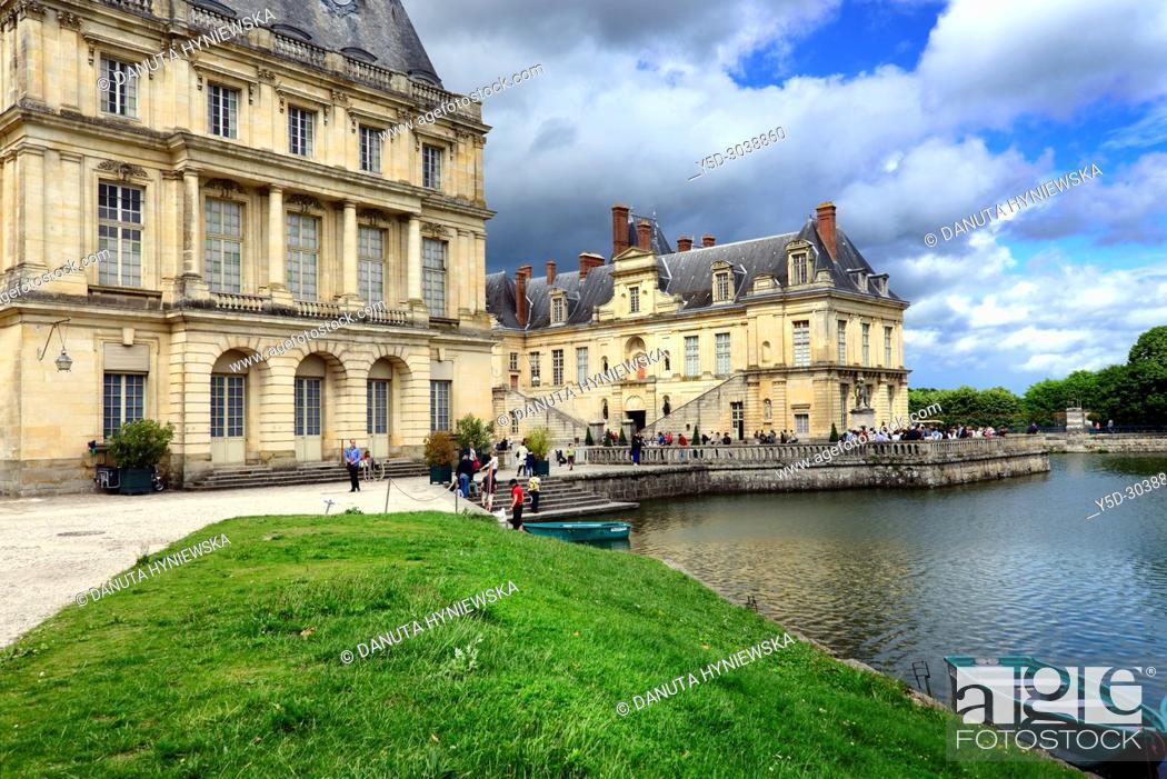 Imagen: Carp pond, on left Gros Pavilion, on right La cour de la Fontaine, Palace of Fontainebleau, Château de Fontainebleau, French royal châteaux - residence for the.