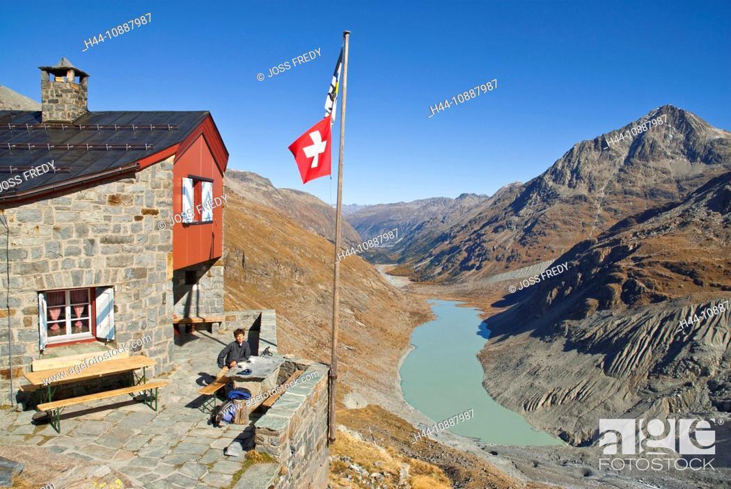 Stock Photo: Rast vor der Coaz-Hütte CAS, Club Alpin Svizzer, Schweizer Alpen-Club SAC, in der Val Roseg, Oberengadin, Unten der Lej da Vadret und rechts der Piz Tschierva,.