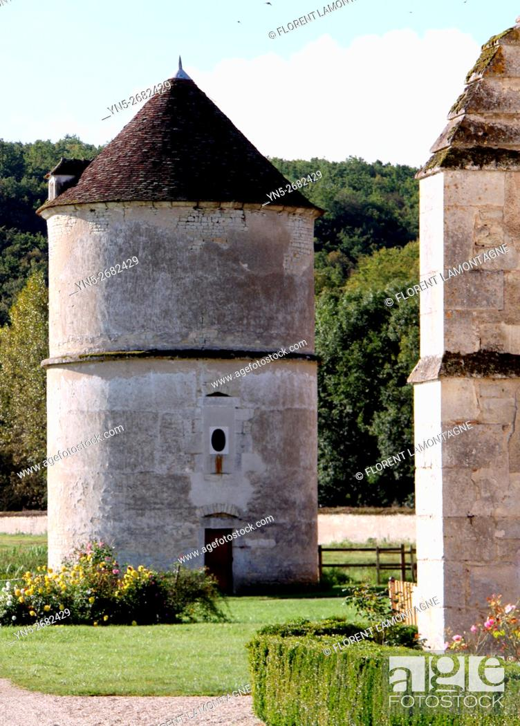 Stock Photo: France, Burgundy, Yonne, Vermenton, abbaye of Reigny, outdoor of the abbay, cistercian, known for its refectory of the 14th century with rib vault.