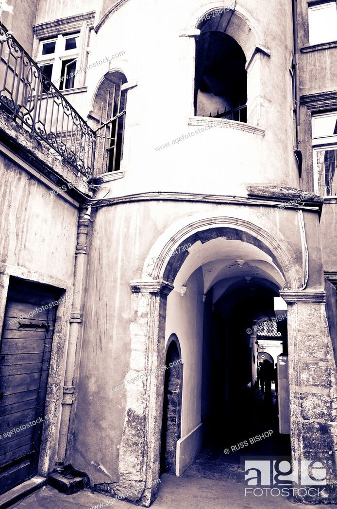 Imagen: Courtyard and staircase at the Long Traboule in old town Vieux Lyon, France (UNESCO World Heritage Site).