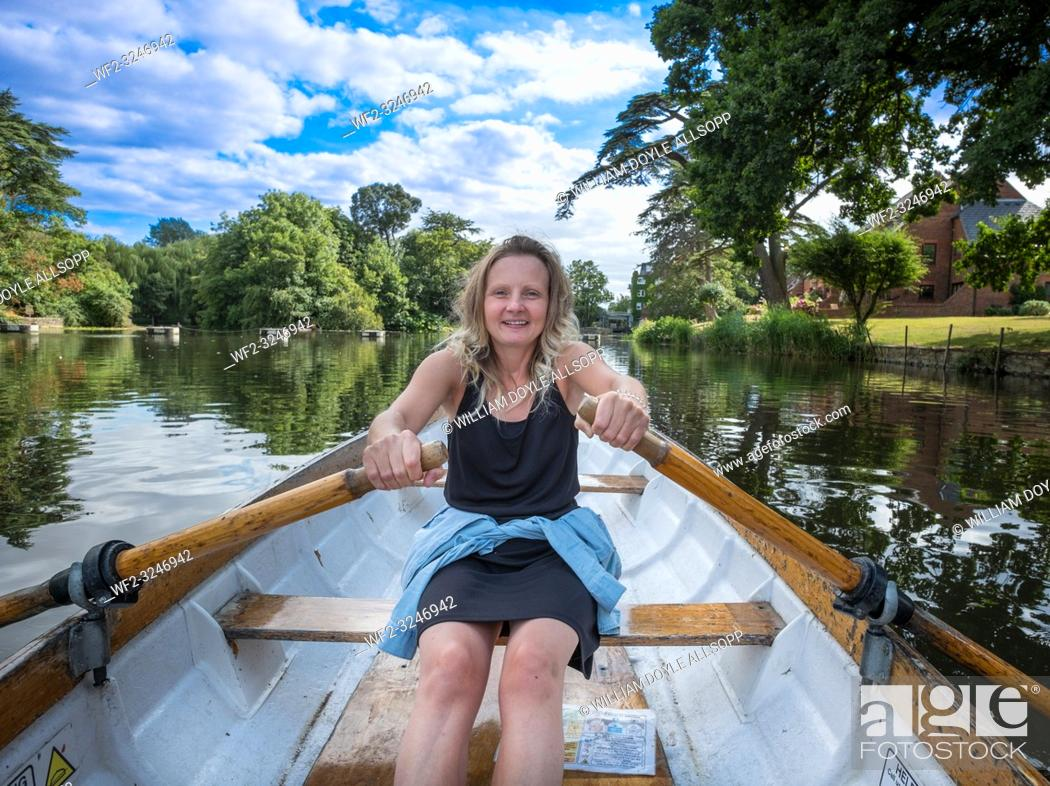 Imagen: A young woman learning to row on the River Avon.