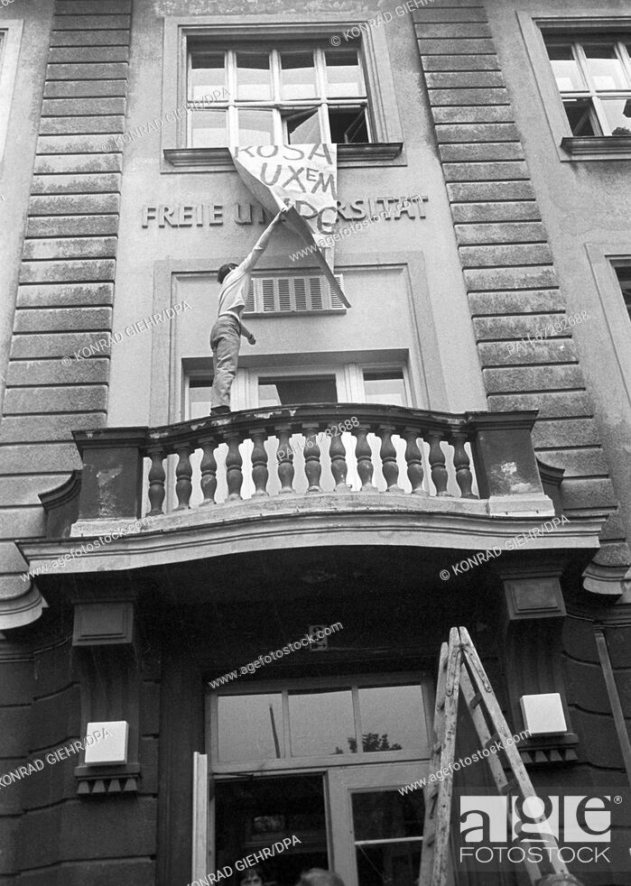 Imagen: A student pulls down a banner. Students of the FU Berlin occuped the German Seminar to protest against the Emergency Law on 27 May 1968.