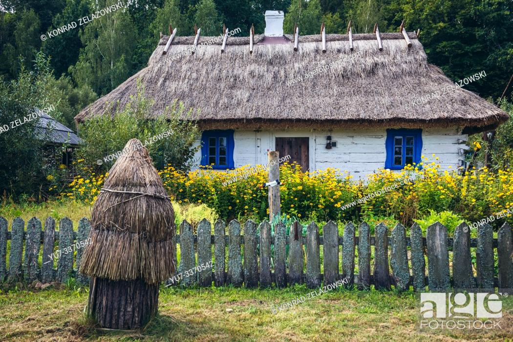 Imagen: Wooden house with thatched roof in Bialowieskie Siolo inn in Budy village, Podlaskie Voivodeship in Poland.