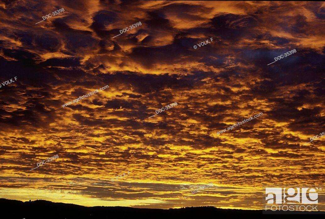 Imagen: Cloudy sky in the evening light.