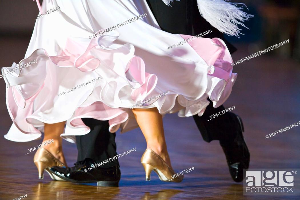 Imagen: Dancing couple at a dance contest.