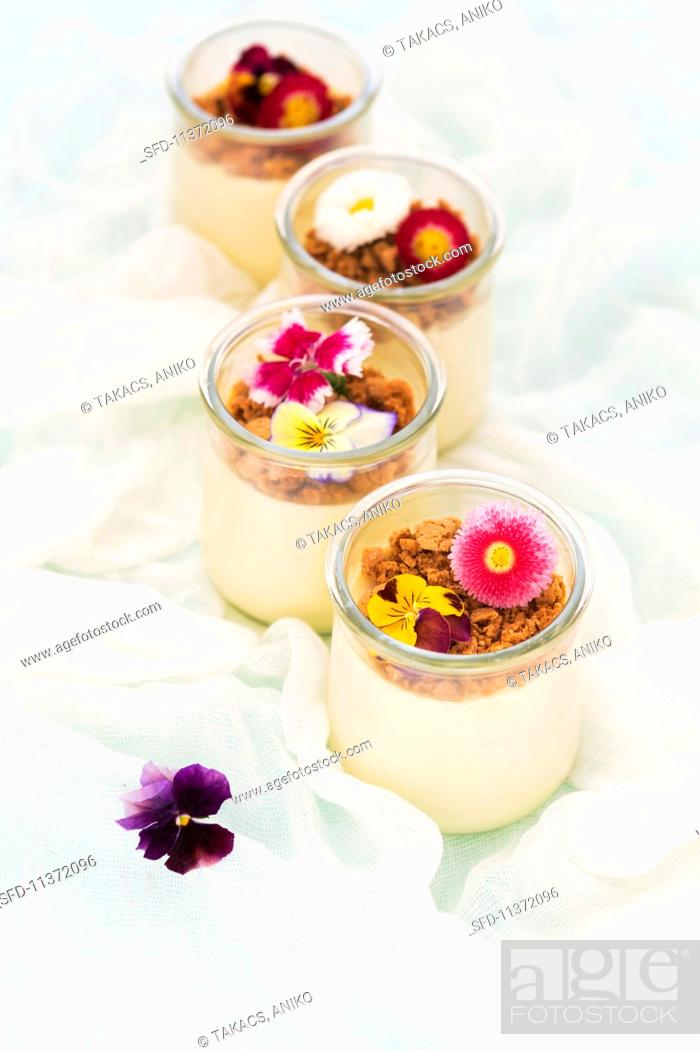 Imagen: Panna cotta with Amaretti crumbs and edible flowers.