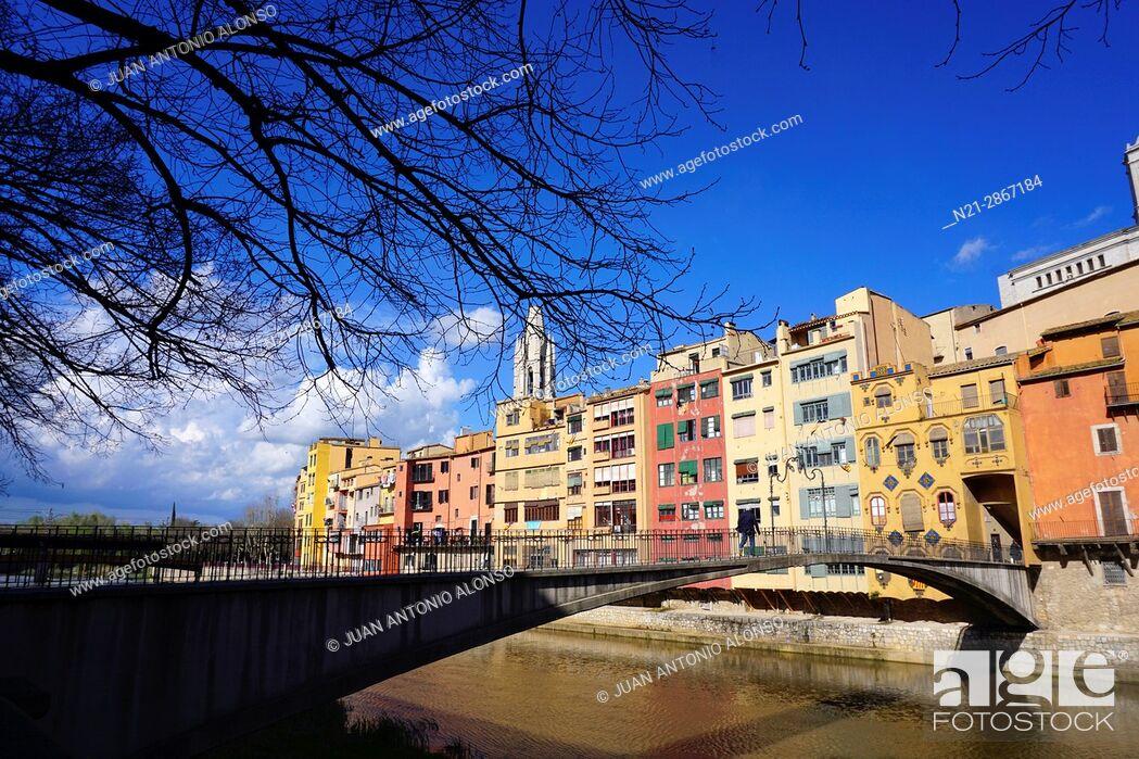 Stock Photo: Pont d'en Gomez, a pedestrian bridge over the Onyar River. City of Girona, Catalonia, Spain, Europe.