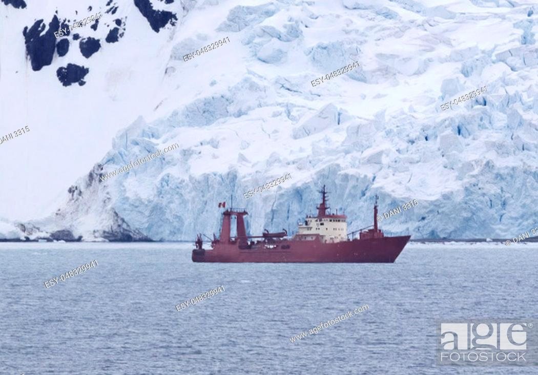 Imagen: Research ship anchored at Admiralty Bay, King George Island, Antarctica.