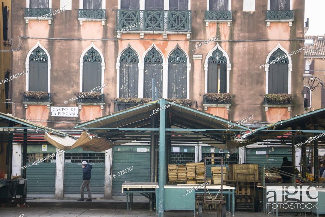 Imagen: Venice, Veneto, Italy: Grand Canal. Rialto market on Sunday.
