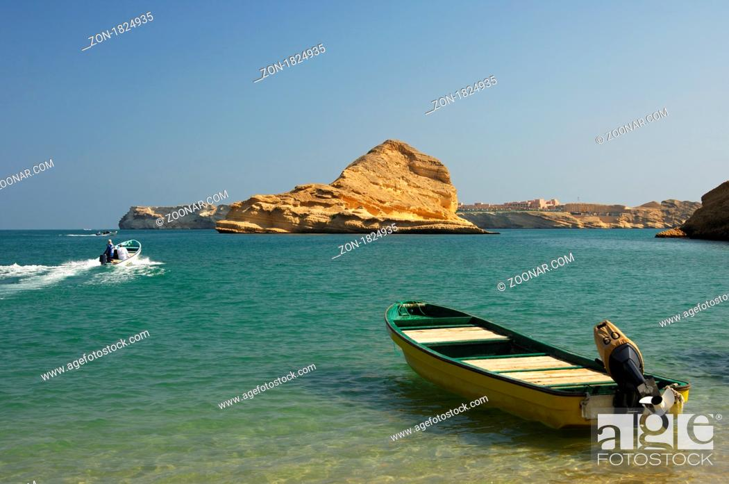 Stock Photo: Motorboote am Quantab Strand in der malerischen Barr Al Jissah Bucht am Golf von Oman bei Maskat, Sultanat Oman / Motor-boat moored on the Quantab beach in the.