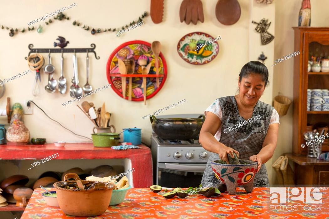 Imagen: Oaxacan chef Reyna Mendoza Ru'z of El Sabor Zapoteco Cooking School hand makes traditional food in her kitchen in Teotitlan, Mexico.