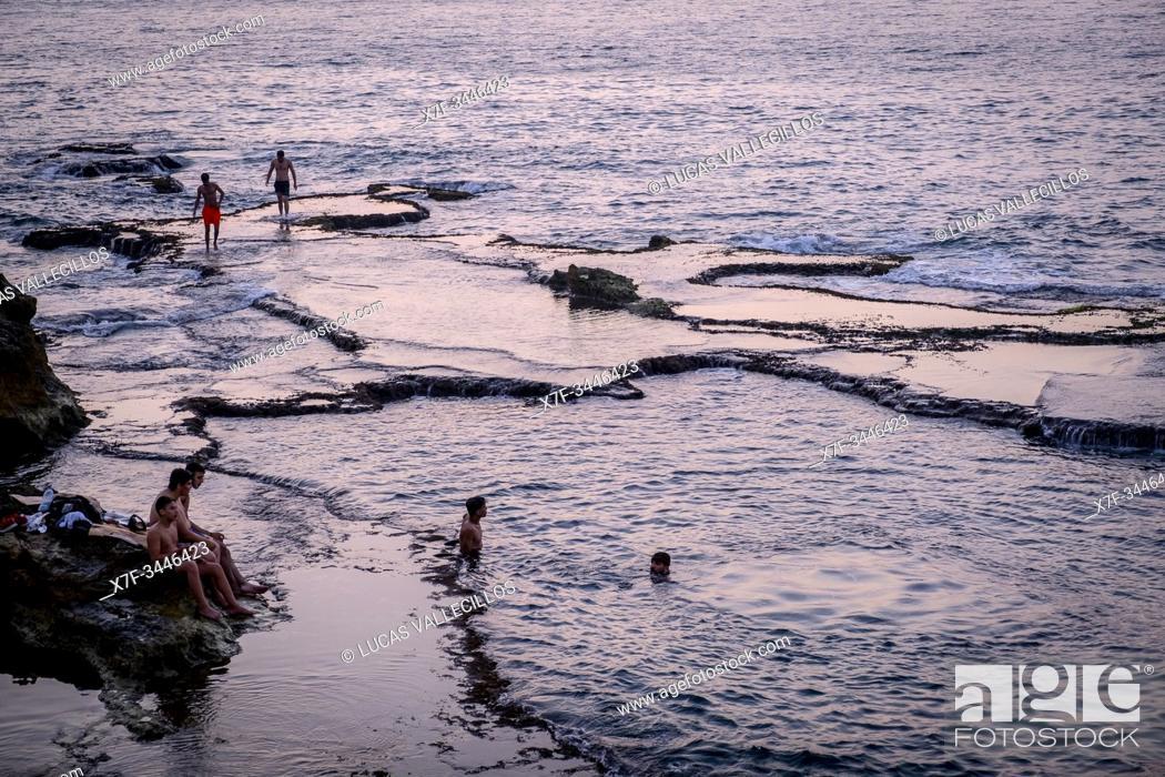 Imagen: Bathers, Corniche, Beirut, Lebanon.