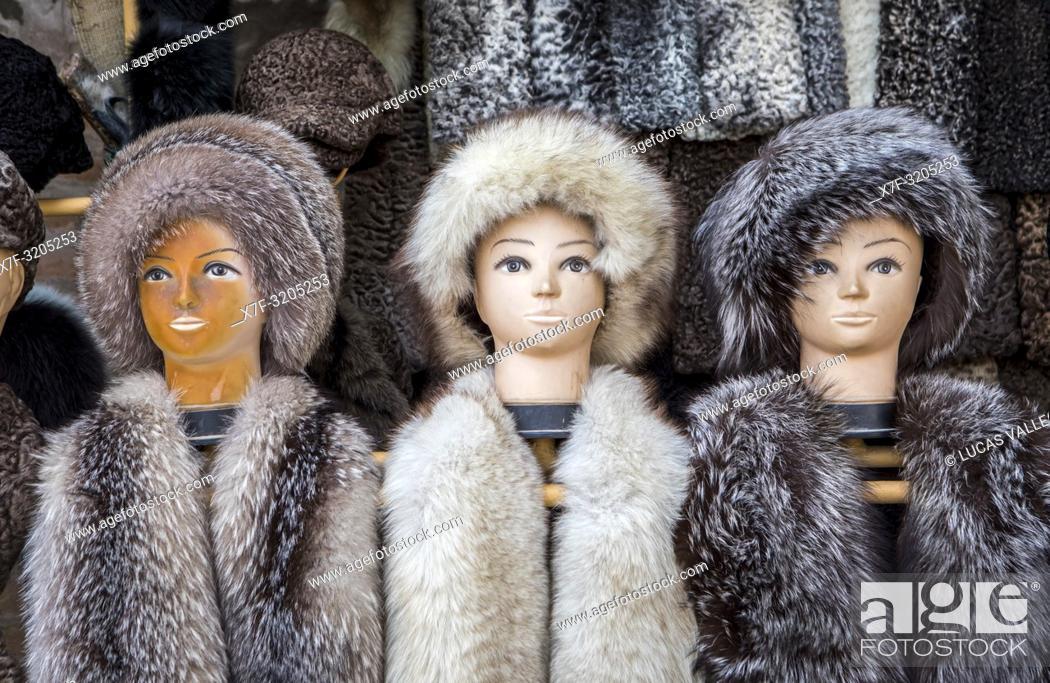 Imagen: Fur hats for sale, Khiva, Uzbekistan.