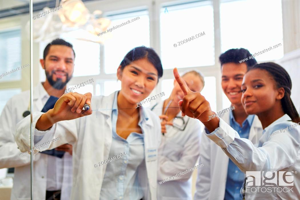 Stock Photo: Multikulturelle Gruppe Studenten in einer Lerngruppe im Medizinstudium.