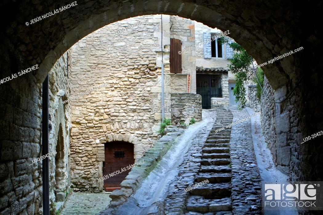 Imagen: Typical paved street in Gordes village, labeled The Most Beautiful Villages of France, Vaucluse department, Provence-Alpes-Cote d'Azur region. France.