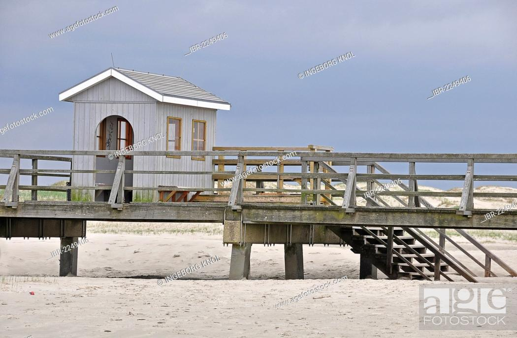 Imagen: Pier with a wash house, beach on the North Sea, St. Peter-Ording, Schleswig-Holstein, Germany, Europe.