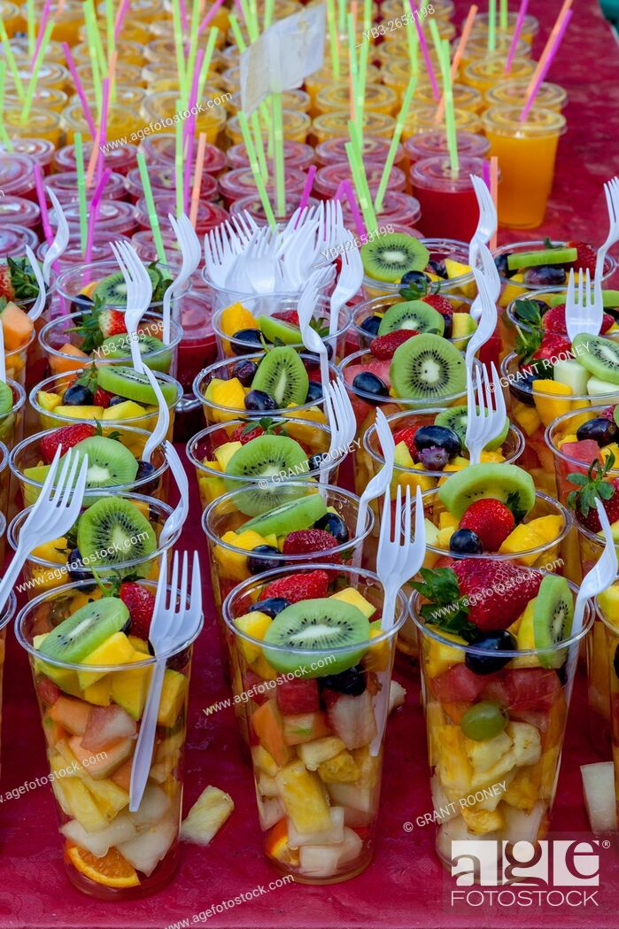 Imagen: Cups Of Fresh Fruit Salad For Sale, Brick Lane Sunday Market, London, UK.