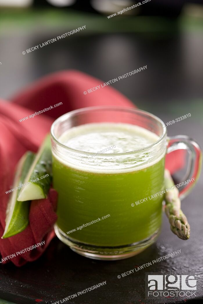 Imagen: zumo de esparrago, espinaca, tomate y pepino. / Asparagus, spinach, tomato and cucumber juice.