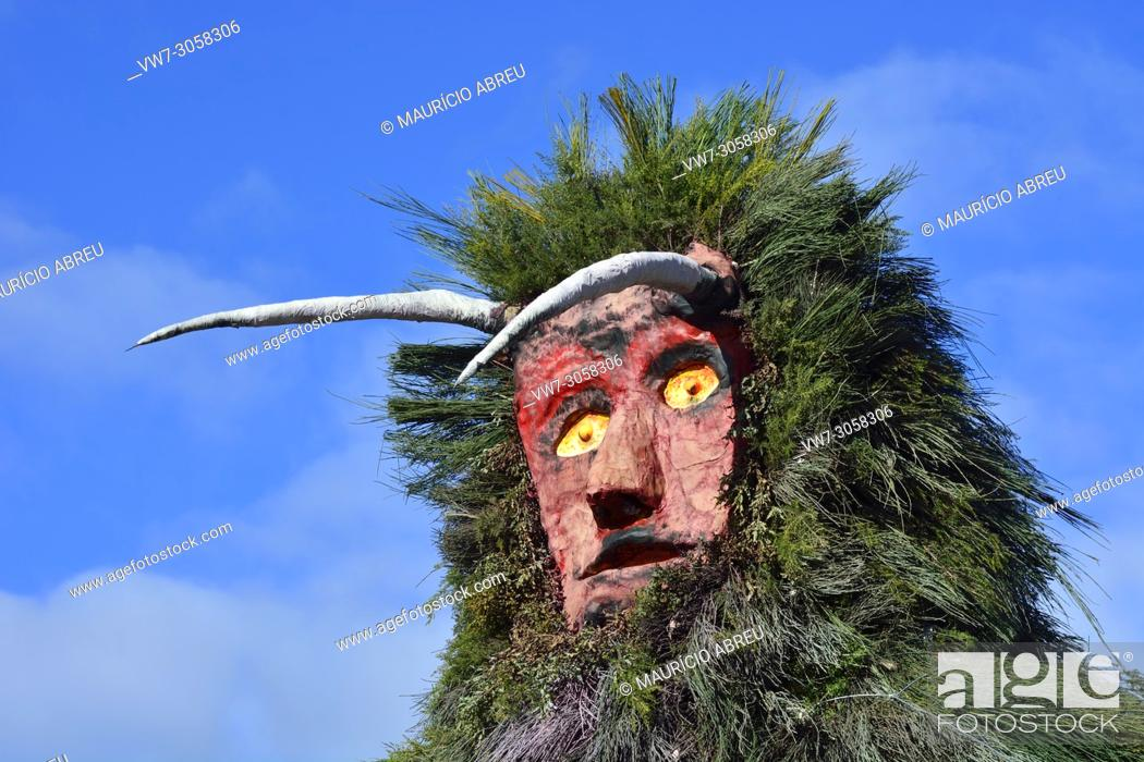 Imagen: A 6 meter high Careto, ready to burn during the Winter Solstice Festivities. Salsas, Tras-os-Montes. Portugal.
