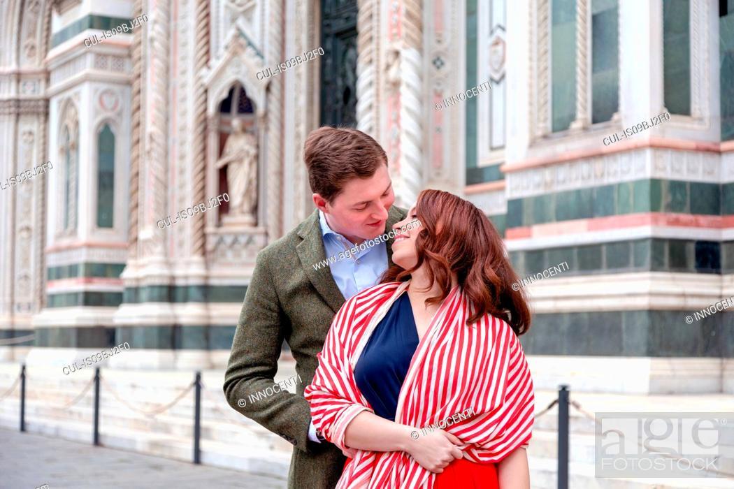 Photo de stock: Young couple hugging, Santa Maria del Fiore, Florence, Toscana, Italy.