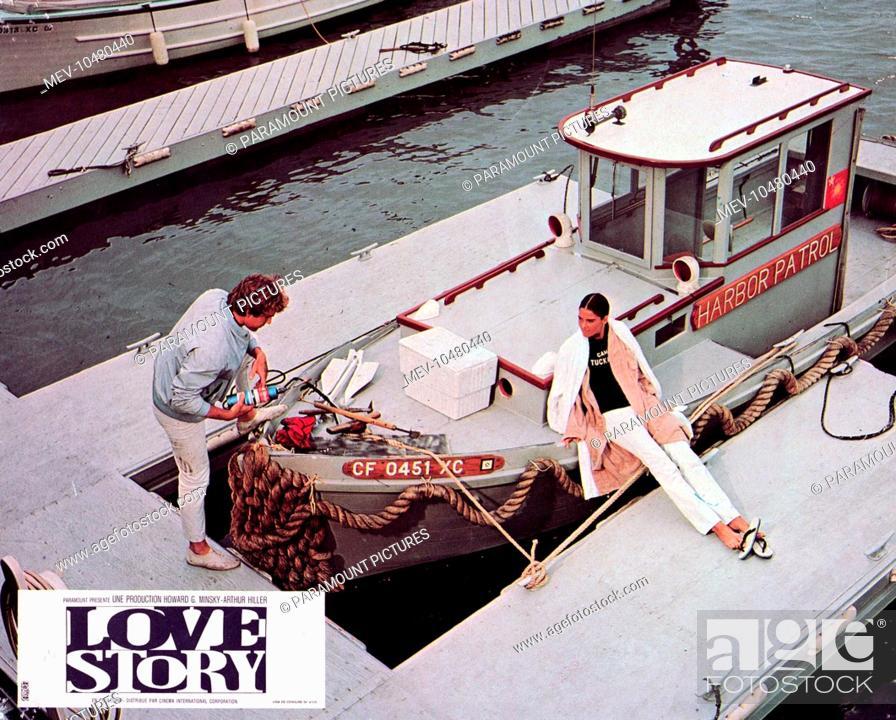 Stock Photo: LOVE STORY [US 1970] RYAN O'NEAL, ALI McGRAW.