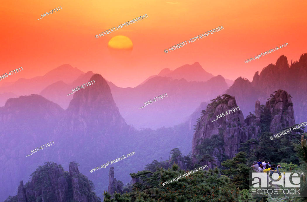 Stock Photo: Sunrise, Chinese people, tourists are watching the sunrise. Huangshan mountains. China.