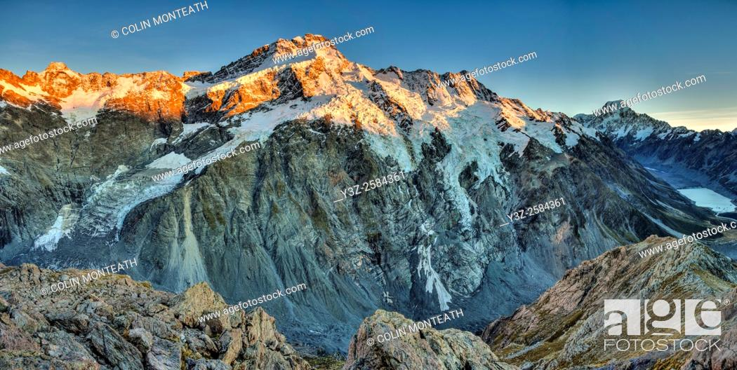 Imagen: Dawn , Mt Sefton ( left) to Aoraki / Mt Cook, Hooker valley lake on right, Panorama from Mueller Ridge, Mount Cook National Park, Southern Alps, New Zealand.