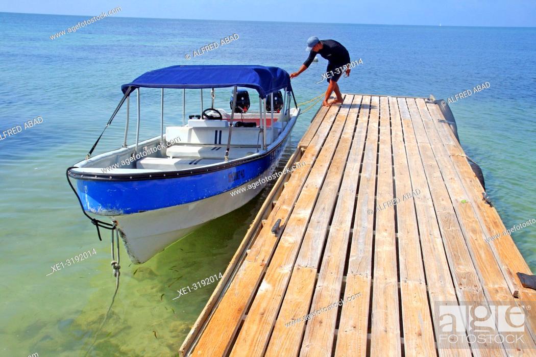 Imagen: boat at the pier, Barú Peninsula, Caribbean Sea, Colombia.