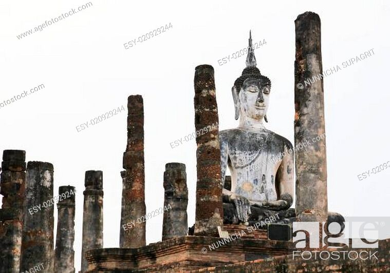 Imagen: Ancient buddha statue. Sukhothai historical park, the old town of Thailand in 800 year ago.
