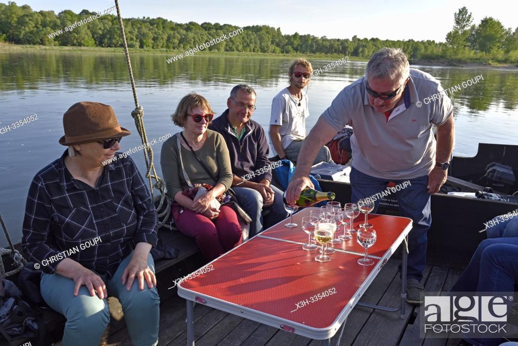 Imagen: aperitif a bord, Balade en toue sur la Loire aux environs de Chaumont-sur-Loire, departement Loir-et-Cher, region Centre-Val de Loire, France.