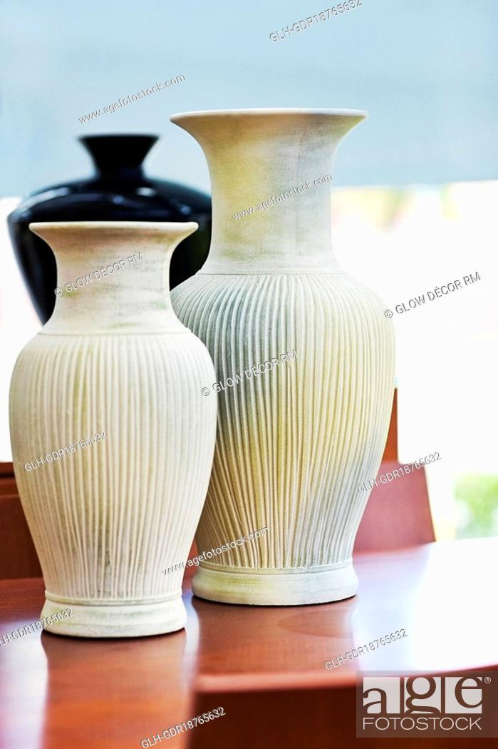 Imagen: Close-up of two vases.