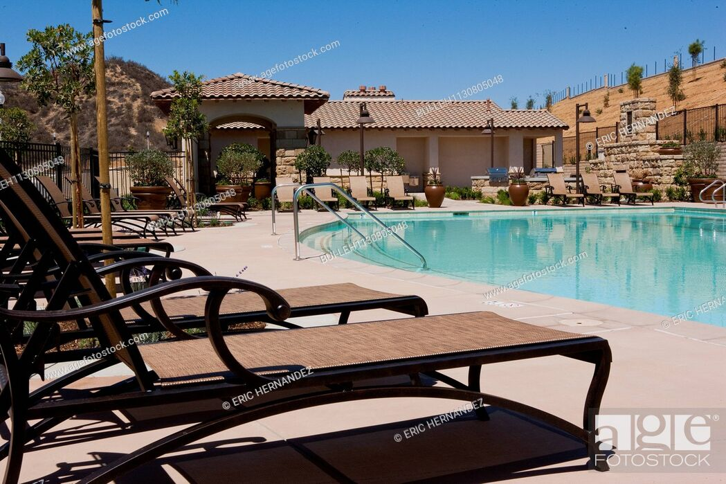 Imagen: Deck chairs by the poolside; Valencia; California; USA.