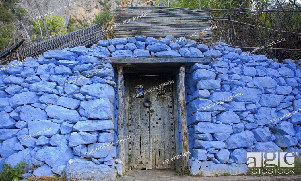 Imagen: Traditional powder blue painted house facade and door in the historical Medina of Chefchaouen, Morocco.