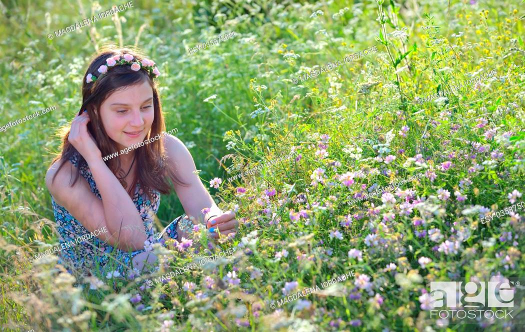Imagen: Girl in summer field with flowers in hair.