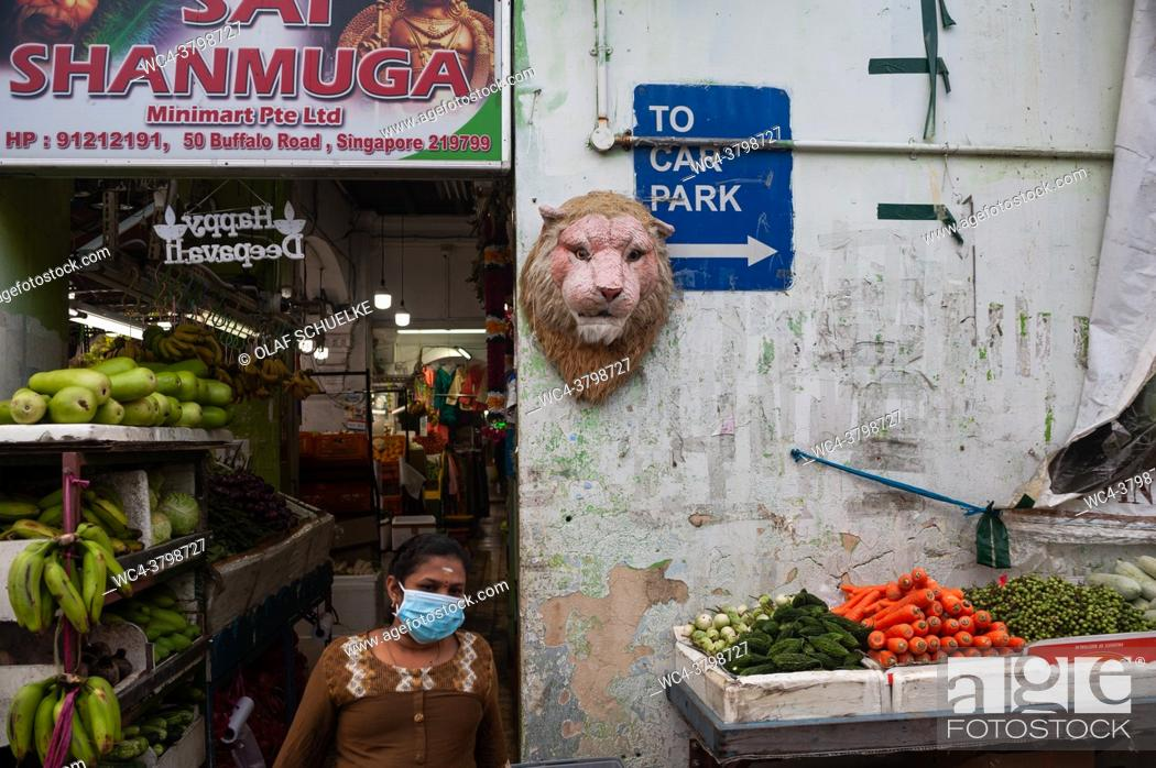 Imagen: Singapore, Republic of Singapore, Asia - A woman wearing a protective corona face mask in front of a grocery store in the city district of Little India.