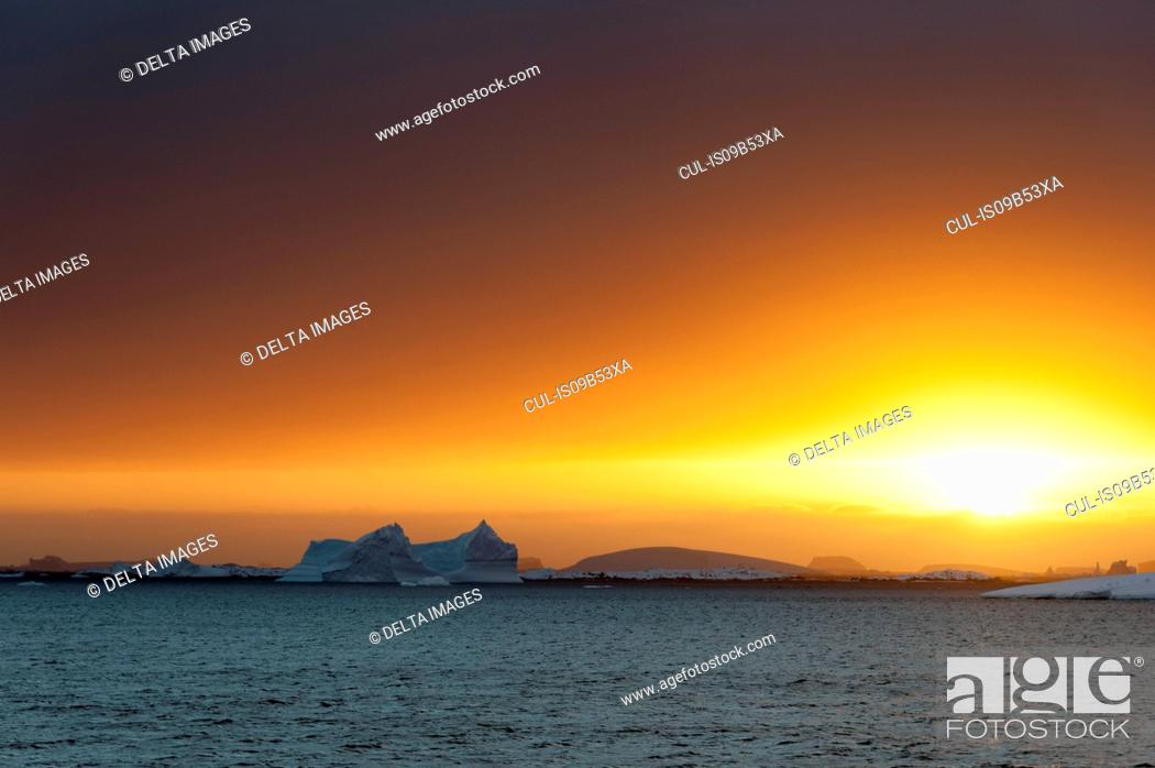 Imagen: Icebergs at sunset in Lemaire channel, Antarctica.