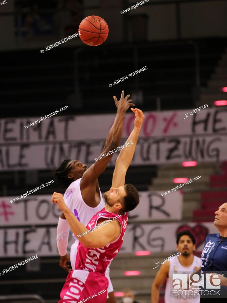 Imagen: Bonn, Germany, 27. 12. 2020, Telekom Dome, Basketball Bundesliga, Telekom Baskets Bonn vs BG Goettingen: Tai Odiase (Goettingen) und Leon Kratzer (Bonn) battle.