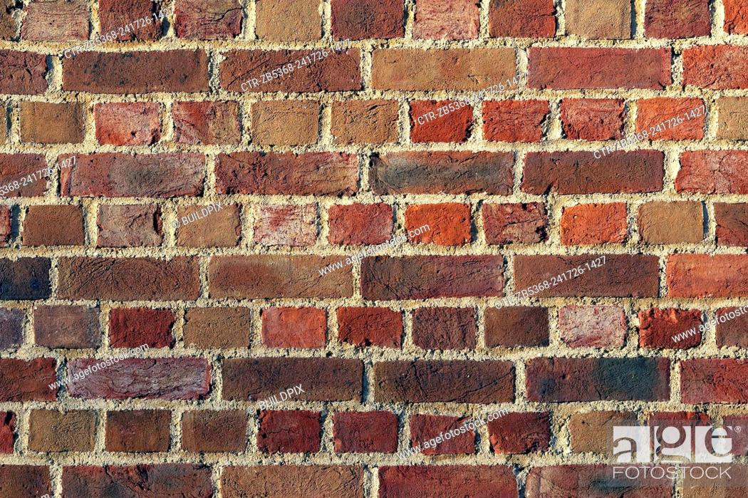 Imagen: Decorative brickwork: English bond. This pattern comprising alternating courses of headers and stretchers. It is one of the strongest bonds as it has no.