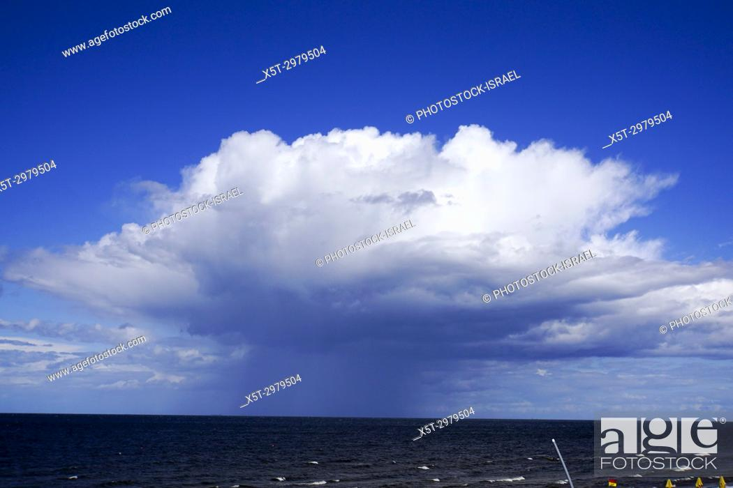 Imagen: Unique cloud display over the Baltic sea in Jurmala.