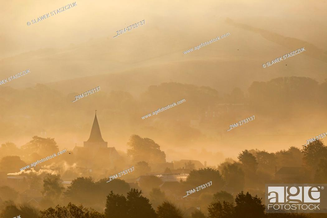 Imagen: Misty autumn sunrise in South Downs National Park, East Sussex, England.