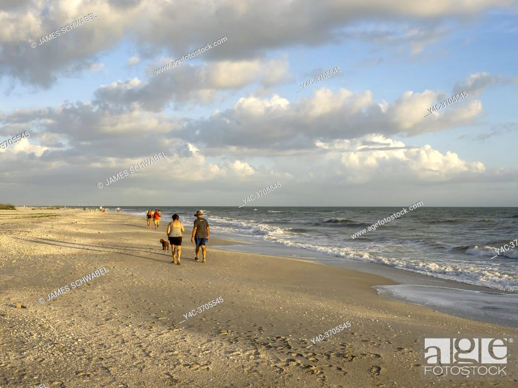 Imagen: People walking on Gulf of Mexico beach on Sanibel Island Florida in the United States.
