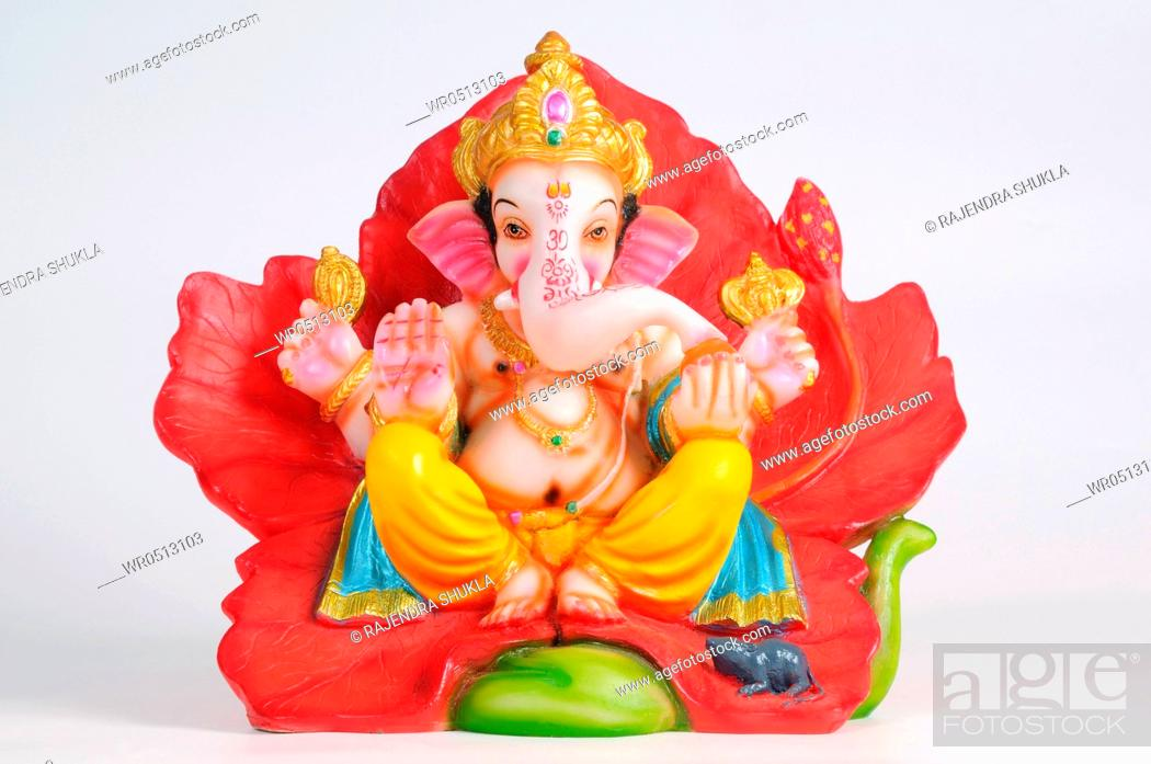 Photo de stock: Statue of lord ganesh sitting on hibiscus flower , India.