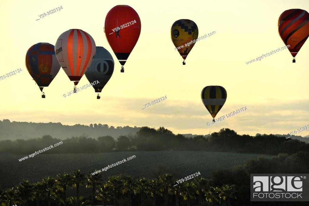 Imagen: Hot air balloons in flight participating in the XXI FAI Europeans hot air balloon championship 2019, Spain, Balearic Islands, Mallorca.