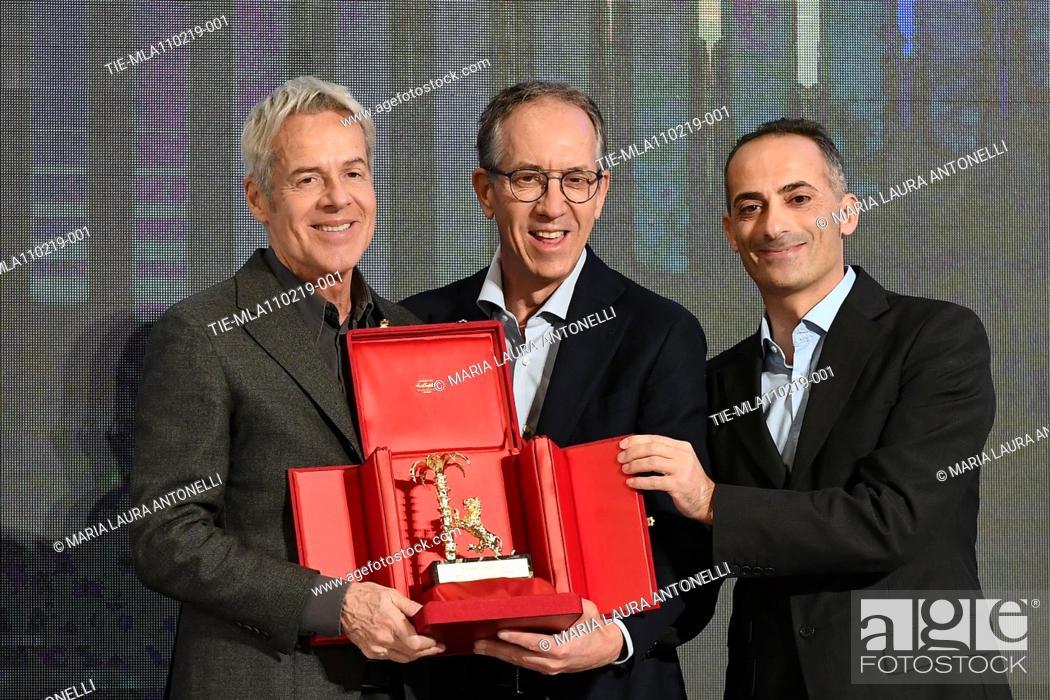 Imagen: Claudio Baglioni receives the 'Amico di Sanremo ' Award (Friends of Sanremo) from the Mayor of Sanremo Alberto Biancheri (center) during the final press.