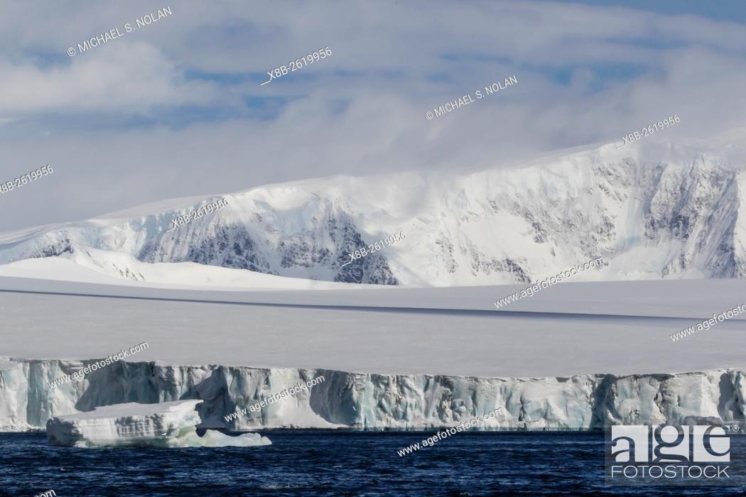 Imagen: Snow covered mountains surround a glacier near Brown Bluff, Tabarin Peninsula, Antarctica.